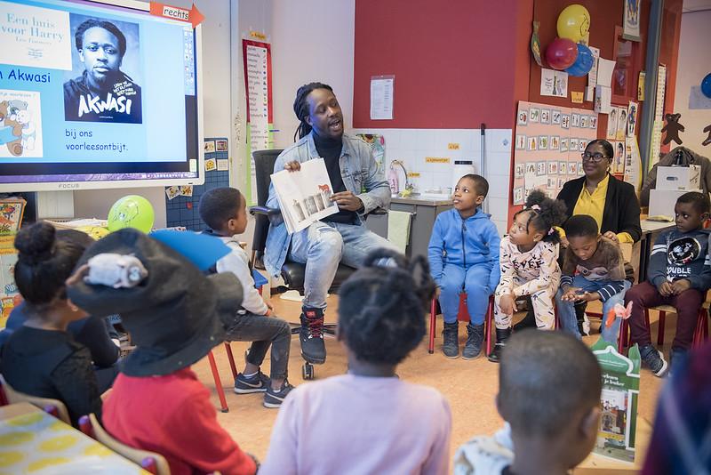 Foto van de Voorleesdagen 2019 - Akwasi leest voor op de Crescendo school in Amsterdam-Zuidoost.