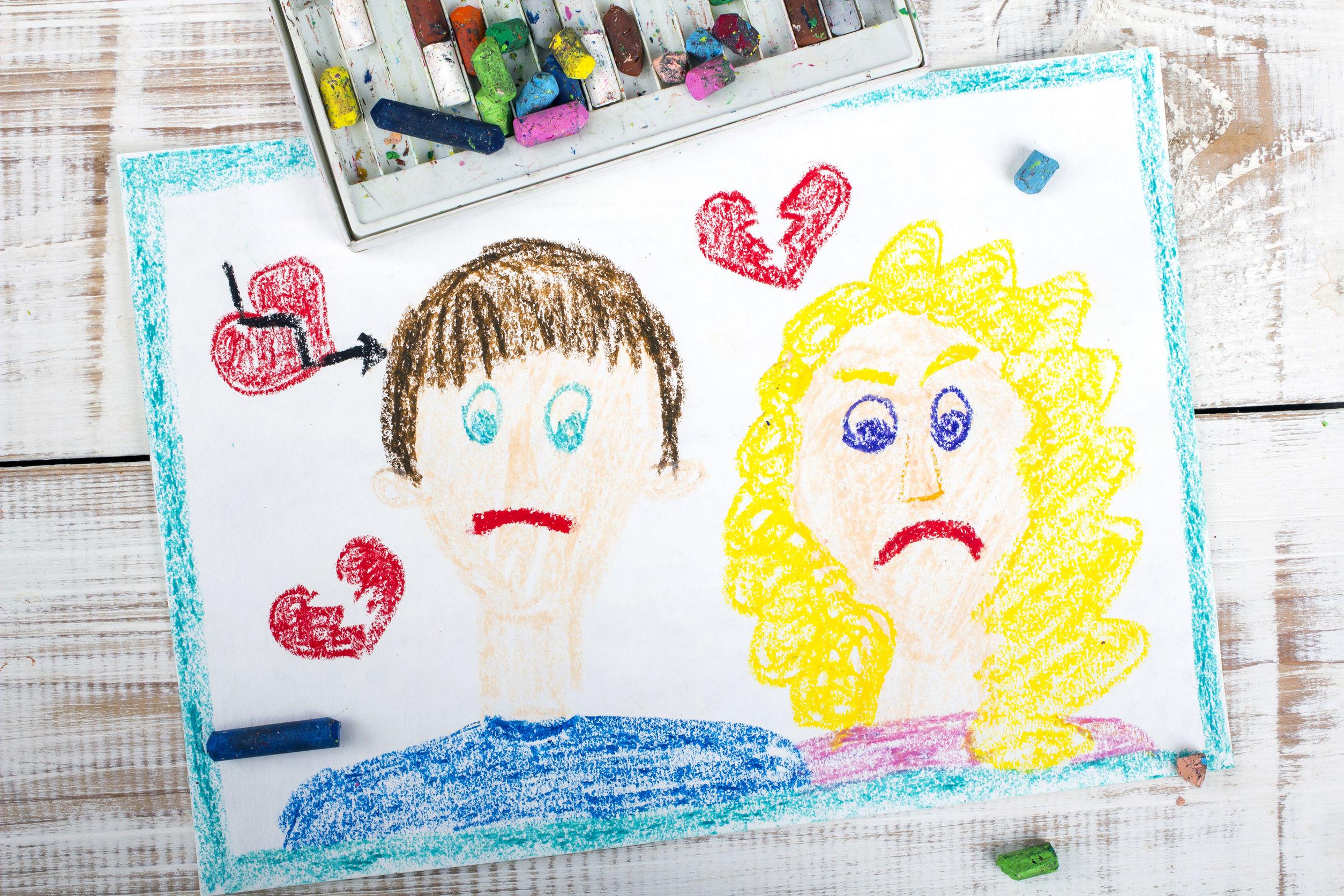 Kindertekening van twee verdrietige ouders
