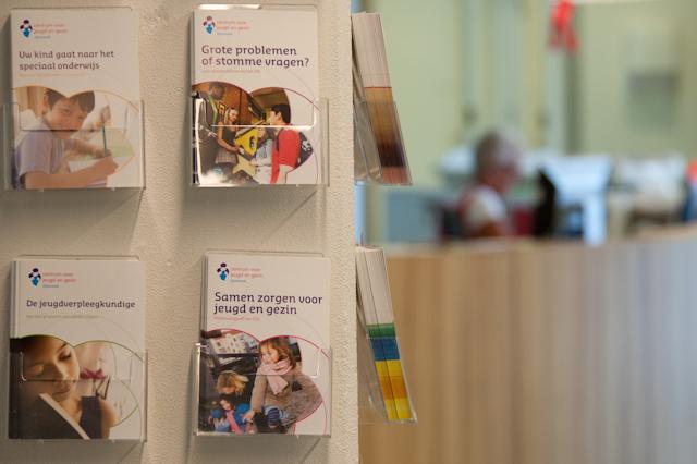 Rek met folders van het Centrum voor Jeugd en Gezin