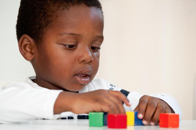 jongetje speelt met blokken