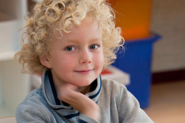 Foto van kind met blonde krullen