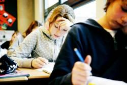Leerlingen maken opgaven in een klaslokaal
