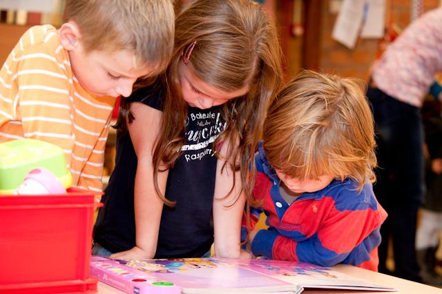 3 kinderen aan het werk op school