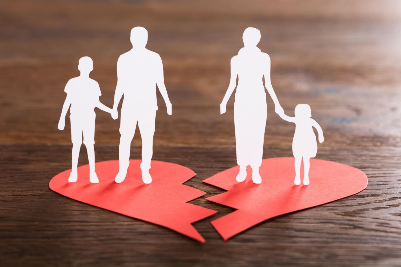 Foto: Gebroken hart met vader en zoon op de ene helft en moeder en dochter op de andere.