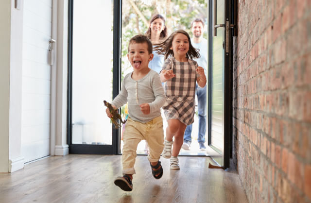 Kinderen rennen het huis in