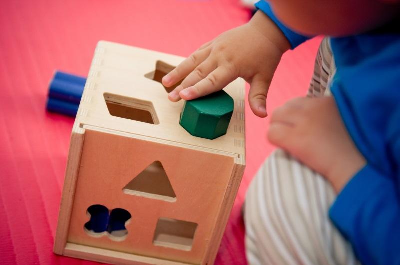Kind maakt puzzel
