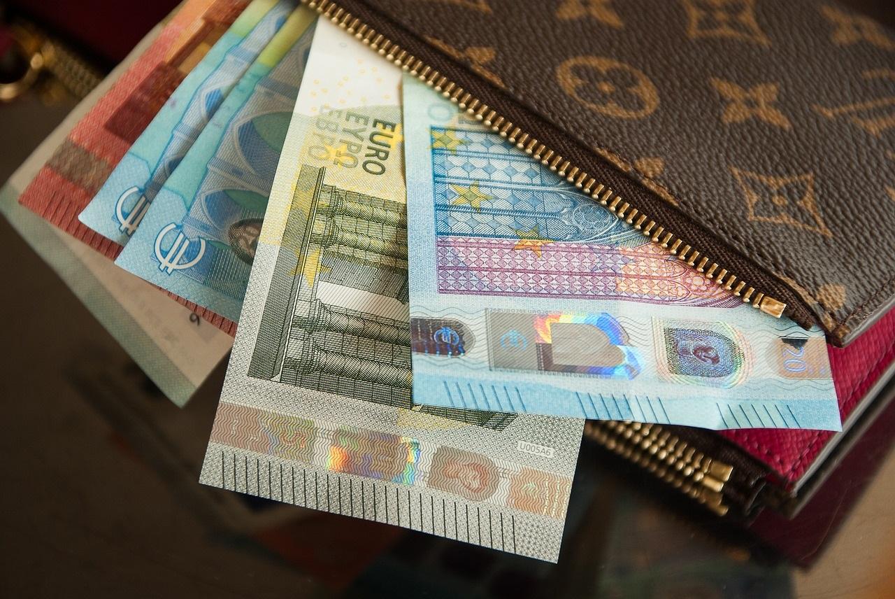 Eurobriefjes steken uit een portemonnee