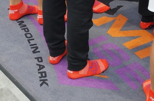 voeten en benen op een trampolinemat