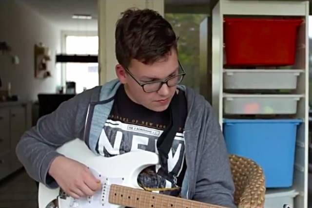 Foto van Guido met een gitaar