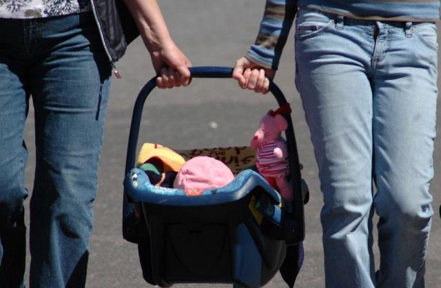 kind in maxi-cosi met ouders