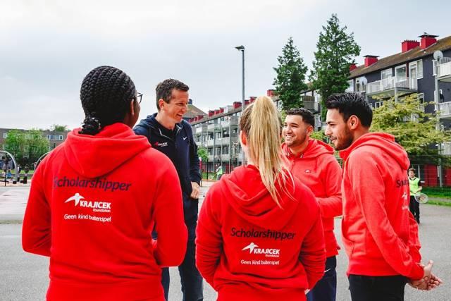 4 jongeren in overleg met een coach
