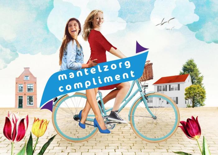 Twee vrouwen op een fiets met een banner