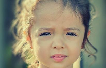 Meisje dat droevig kijkt