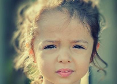 Meisje kijkt droevig