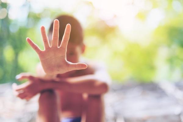 Jongetje zegt 'stop' met zijn hand