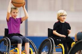 kinderen in rolstoel die basketballen
