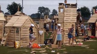 kinderen die hutten bouwen van pallets