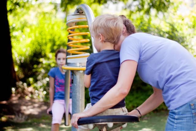 Foto van mensen in een speeltuin