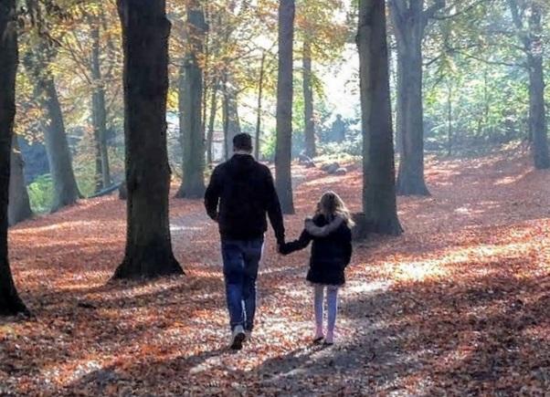 vader en kind wandelen