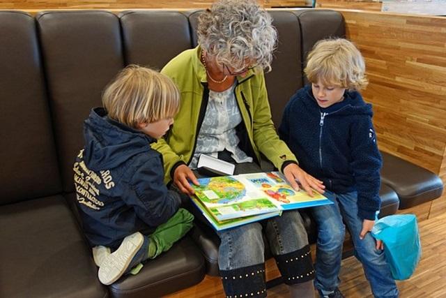 Oma geeft aandacht aan kleinkinderen