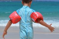 Foto van jongetje met uv-beschermende zwemkleding