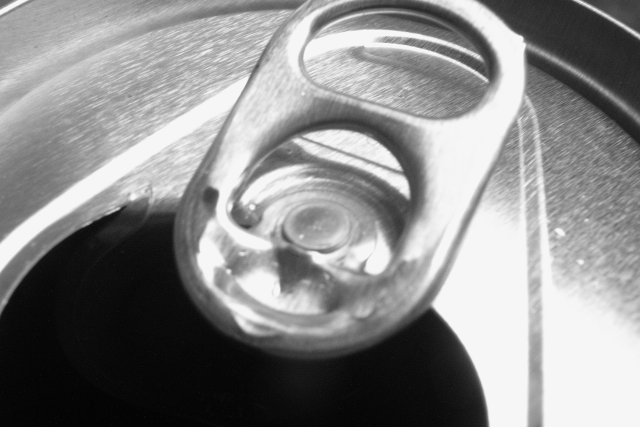 Detailfoto van de bovenkant van een blikje drinken