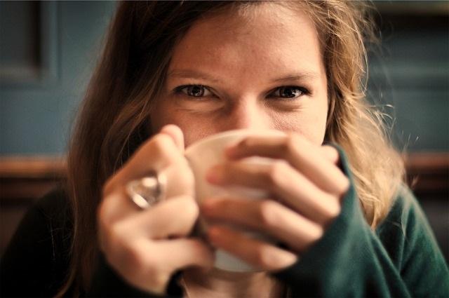 Een vrouw drinkt een kop warme thee