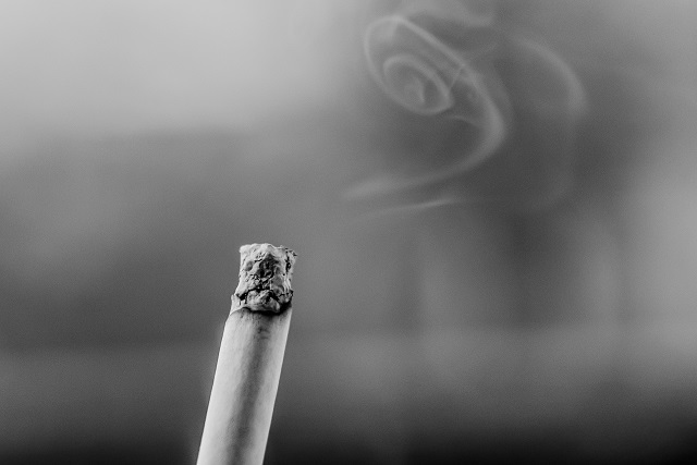 Zwart-witfoto van een brandende sigaret