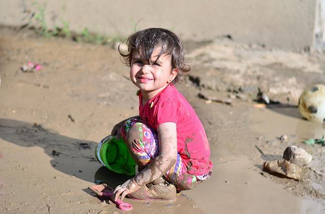 Foto van een kind in de modder