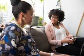 Twee vrouwen in gesprek met elkaar.
