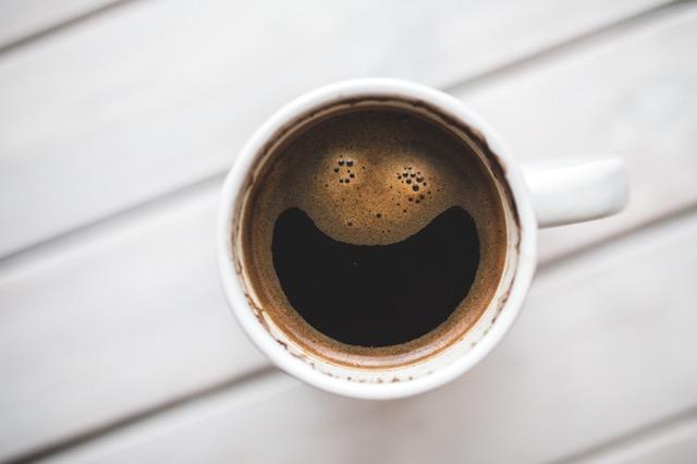 Lachend kopje koffie