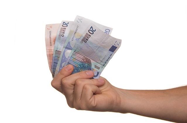 hand met briefjes geld