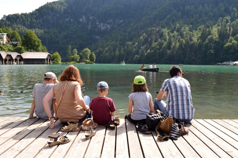 Familie zit aan rand van een meer