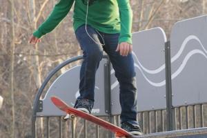 Jongere op skateboard