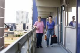 Jongere vrouw helpt buurvrouw met boodschappen