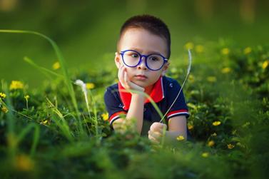 kleuter in het gras