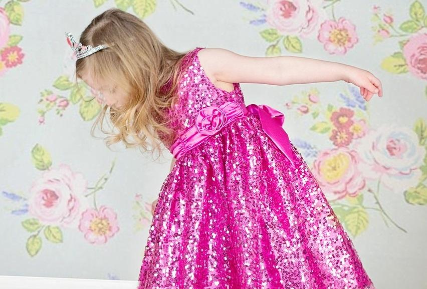 Meisje in roze jurk