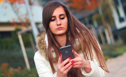 foto van meisje met telefoon