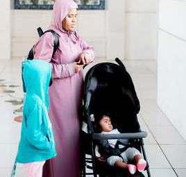 gesluierde vrouw met baby en kind