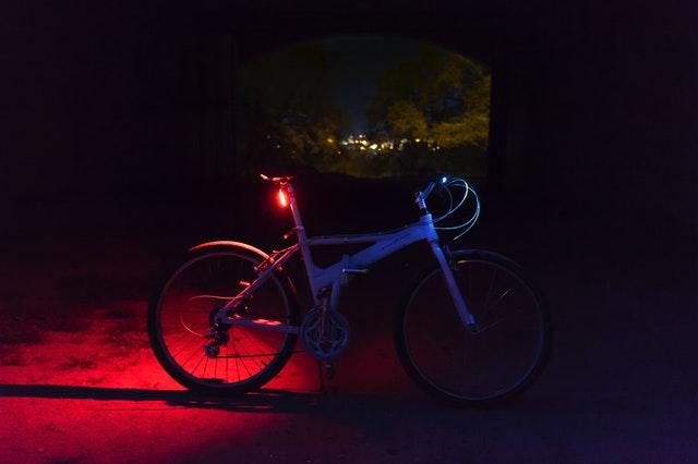 Een fiets in het donker
