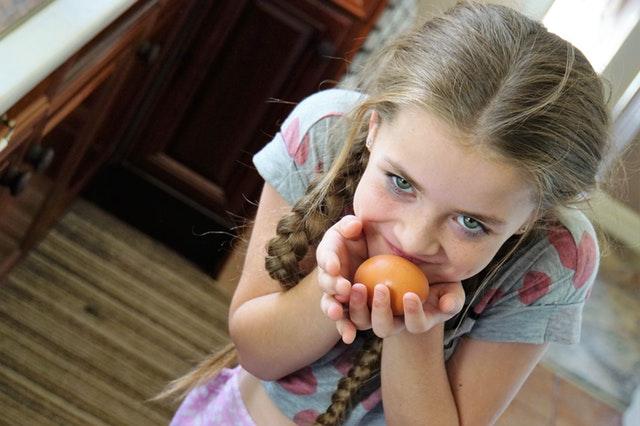 Foto van een meisje met een ei