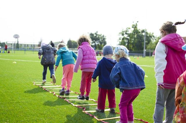 Kinderen op een sportveld