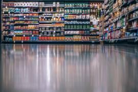 Het gangpad van een supermarkt, met supermarktschappen