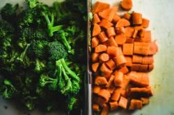 Foto van gesneden broccoli en wortel