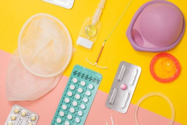 Verschillende soorten voorbehoedsmiddelen, van bovenaf gefotografeerd