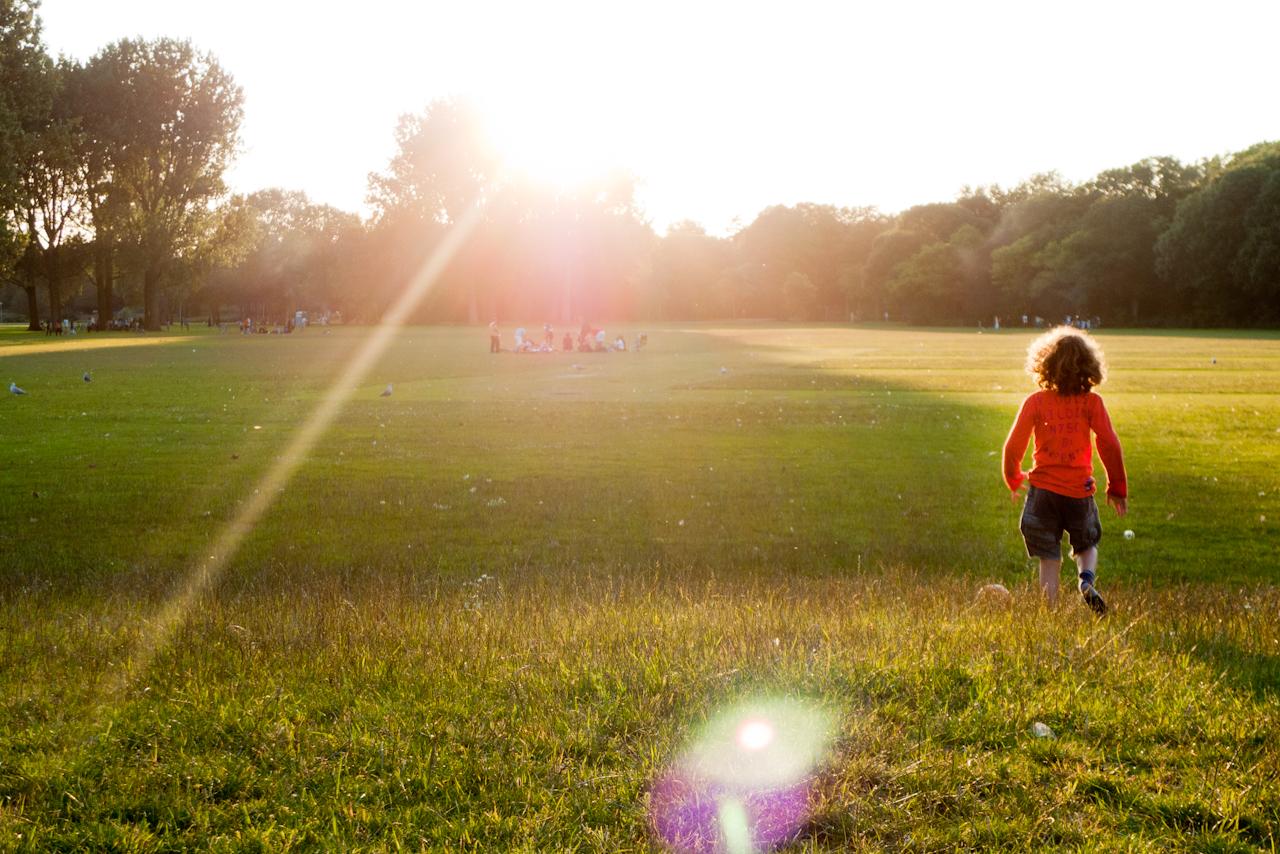 Kind loopt op een open veld.