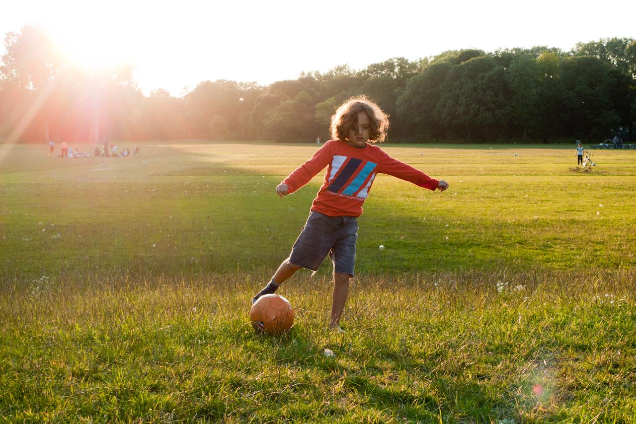 Voetballende jongen