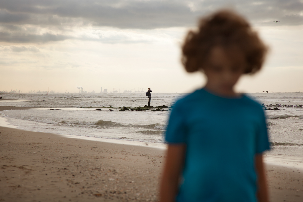 Jongen loopt alleen  op het strand